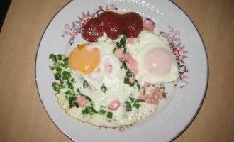 Яичница с зеленым луком и колбасой