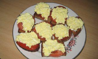 Гренки из ржаного хлеба с яйцом и помидором