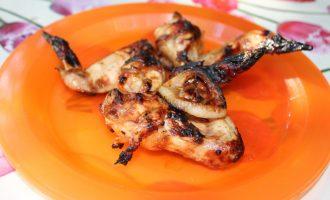 Куриные крылышки в соевом соусе, жаренные на мангале