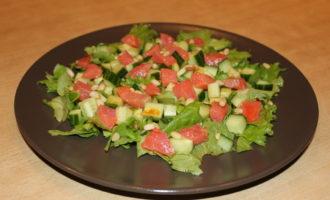 Салат из семги с зеленым салатом и огурцами