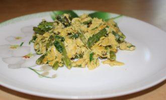 Зеленая фасоль с куриными яйцами на сковороде