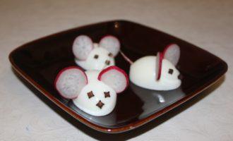 Мышки из вареных яиц – украшение для новогоднего стола