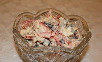 Мясной салат с языком и маслинами