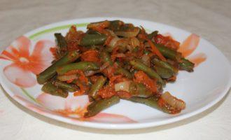 Зеленая фасоль в томатном соусе с овощами