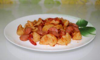 Макароны с сосисками, болгарским перцем и помидорами