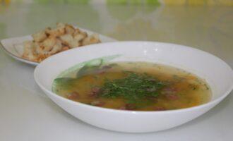 Суп из чечевицы с копченой колбасой и ароматными сухариками