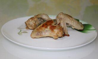 Жареные куриные крылышки в чесночно-майонезном соусе