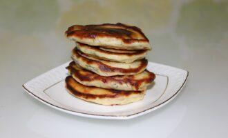 Несладкие оладьи на кефире с колбасой и сыром