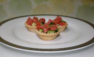Тарталетки с семгой, авокадо и огурцом