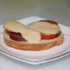 Горячие бутерброды на сковороде с колбасой и помидорами